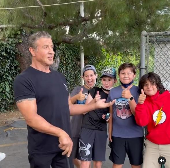 Stallone spotyka młodych fanów na golfie.